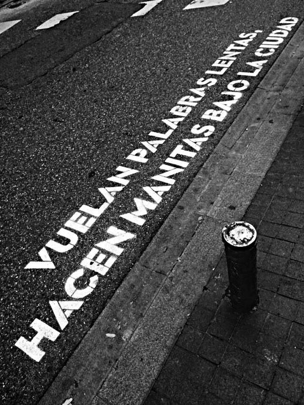 Vuelan palabras lentas hacen manitas bajo la ciudad