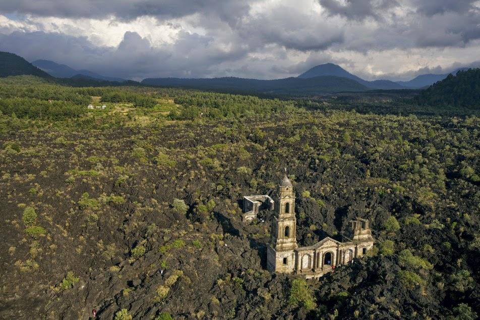 Iglesia de San Juan Parangaricutiro en Michoacán