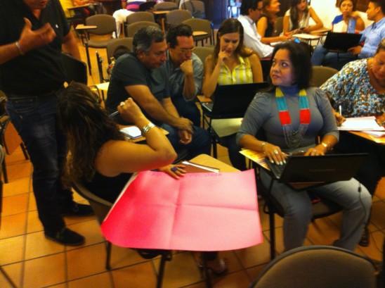 Detalle de la formación con los empresarios de turismo en el Salón de la Cámara de Comercio de San Gil, Colombia